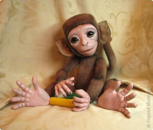 Представляю вашему вниманию мою Люсечку)) Работа над обезьянкой меня охватила полностью! Я очень долго мечтала о ней, но заказы были на первом месте, и создание этой непоседы все откладывала на потом, а потом так и не наступало. Но, тут я просто не выдержала, отложила все на задний план и решила дать жизнь моей Люсечки)) Пошита девочка из искуственного меха, тонирована акрилом. Ручки, ножки и голова на болтах. Суставы на нитяном креплении Люблю ее так сильно, как только возможно)) От создании выкройки, до завершающего штриха прошло около 3х недель. Самое сложное и долгое - вылепить детали, как можно реалистичнее. А вот как сделать голову с лепленным лицом, да еще и на болтовом креплении, и обтянутое мехом.. Над этим долго ломала голову. Наполнена обезьянка опилками и стеклянными шариками. Получилась довольно тяжеленькая. фото 7