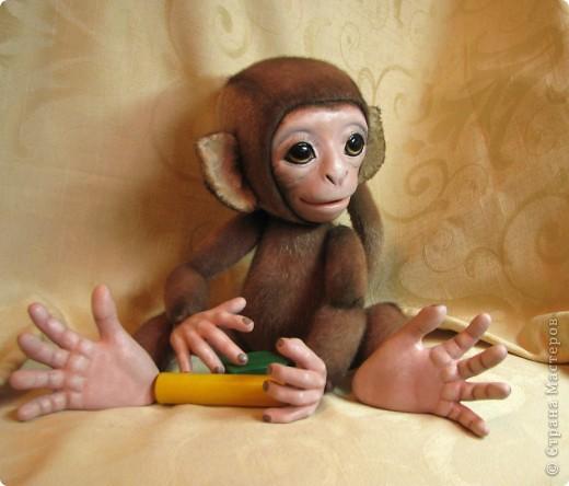 Представляю вашему вниманию мою Люсечку)) Работа над обезьянкой меня охватила полностью! Я очень долго мечтала о ней, но заказы были на первом месте, и создание этой непоседы все откладывала на потом, а потом так и не наступало. Но, тут я просто не выдержала, отложила все на задний план и решила дать жизнь моей Люсечки)) Пошита девочка из искуственного меха, тонирована акрилом. Ручки, ножки и голова на болтах. Суставы на нитяном креплении Люблю ее так сильно, как только возможно)) От создании выкройки, до завершающего штриха прошло около 3х недель. Самое сложное и долгое - вылепить детали, как можно реалистичнее. А вот как сделать голову с лепленным лицом, да еще и на болтовом креплении, и обтянутое мехом.. Над этим долго ломала голову. Наполнена обезьянка опилками и стеклянными шариками. Получилась довольно тяжеленькая. фото 8
