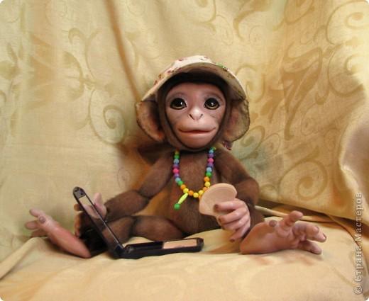 Представляю вашему вниманию мою Люсечку)) Работа над обезьянкой меня охватила полностью! Я очень долго мечтала о ней, но заказы были на первом месте, и создание этой непоседы все откладывала на потом, а потом так и не наступало. Но, тут я просто не выдержала, отложила все на задний план и решила дать жизнь моей Люсечки)) Пошита девочка из искуственного меха, тонирована акрилом. Ручки, ножки и голова на болтах. Суставы на нитяном креплении Люблю ее так сильно, как только возможно)) От создании выкройки, до завершающего штриха прошло около 3х недель. Самое сложное и долгое - вылепить детали, как можно реалистичнее. А вот как сделать голову с лепленным лицом, да еще и на болтовом креплении, и обтянутое мехом.. Над этим долго ломала голову. Наполнена обезьянка опилками и стеклянными шариками. Получилась довольно тяжеленькая. фото 9