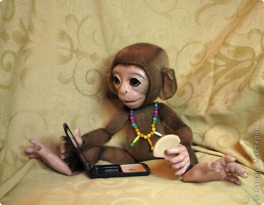 Представляю вашему вниманию мою Люсечку)) Работа над обезьянкой меня охватила полностью! Я очень долго мечтала о ней, но заказы были на первом месте, и создание этой непоседы все откладывала на потом, а потом так и не наступало. Но, тут я просто не выдержала, отложила все на задний план и решила дать жизнь моей Люсечки)) Пошита девочка из искуственного меха, тонирована акрилом. Ручки, ножки и голова на болтах. Суставы на нитяном креплении Люблю ее так сильно, как только возможно)) От создании выкройки, до завершающего штриха прошло около 3х недель. Самое сложное и долгое - вылепить детали, как можно реалистичнее. А вот как сделать голову с лепленным лицом, да еще и на болтовом креплении, и обтянутое мехом.. Над этим долго ломала голову. Наполнена обезьянка опилками и стеклянными шариками. Получилась довольно тяжеленькая. фото 10