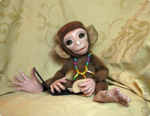 Представляю вашему вниманию мою Люсечку)) Работа над обезьянкой меня охватила полностью! Я очень долго мечтала о ней, но заказы были на первом месте, и создание этой непоседы все откладывала на потом, а потом так и не наступало. Но, тут я просто не выдержала, отложила все на задний план и решила дать жизнь моей Люсечки)) Пошита девочка из искуственного меха, тонирована акрилом. Ручки, ножки и голова на болтах. Суставы на нитяном креплении Люблю ее так сильно, как только возможно)) От создании выкройки, до завершающего штриха прошло около 3х недель. Самое сложное и долгое - вылепить детали, как можно реалистичнее. А вот как сделать голову с лепленным лицом, да еще и на болтовом креплении, и обтянутое мехом.. Над этим долго ломала голову. Наполнена обезьянка опилками и стеклянными шариками. Получилась довольно тяжеленькая. фото 11