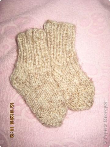 """Решилась связать носочки для дочки. Мне казалось это невероятно сложным мастерством. Но как говорится """"Глаза боятся - руки делают!"""" Оказалось ничего сложного. Как в любом деле - только приловчиться.  Это мои первые носочки - не судите строго. :))) фото 1"""