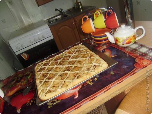 """""""Мамин пирог"""" очень легкий и быстрый в приготовлении. Весь процесс занимает не больше часа (вместе с выпеканием). И съедается он очень быстро) Основные ингредиенты это - песочное тесто, изюм и творог. фото 3"""