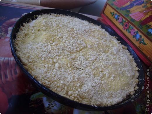 """""""Мамин пирог"""" очень легкий и быстрый в приготовлении. Весь процесс занимает не больше часа (вместе с выпеканием). И съедается он очень быстро) Основные ингредиенты это - песочное тесто, изюм и творог. фото 1"""