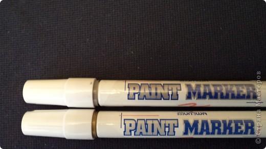 """Вот такие маркеры с краской я приобрела """"золото"""" и  """"серебро"""" в отделе канцтоваров, стоят 35 руб. Они бывают в отделах для художников и разных цветов, но у нас я там таких не нашла. в отделе канцтоваров увидела, что меня удивило. Эти маркеры производят со штрихом толщиной 2 и 4 мм. У меня на данный момент маркер только 4 мм. Сразу скажу: больше понравился цвет """"серебро""""- яркий, насыщенный, переливается красиво. Держится на любой поверхности очень крепко, не сотрешь, не смоешь... но оно и понятно- краска есть краска. Применять можно на ЛЮБЫХ поверхностях- стекло, краска, пластик, бумага, металл и т.д. Единственный минус- пахнет прилично краской. Ниже я покажу на чем для вас порисовала. фото 1"""