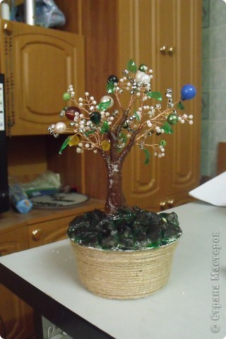 Вот такое деревце у меня получилось из бисера, бусин и пласт. бутылки(листики). Идею увидела  в СМ у Чёрного кота. Спасибо ей. фото 1