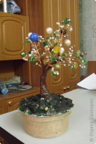 Вот такое деревце у меня получилось из бисера, бусин и пласт. бутылки(листики). Идею увидела  в СМ у Чёрного кота. Спасибо ей. фото 2