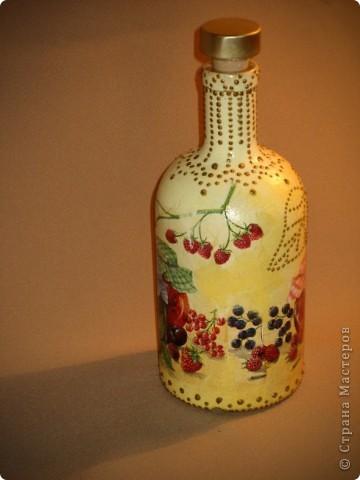 Вот такую бутылочку решила сделать для себя. Краска, салфетка, контуры. Просто форма бутылочки очень понравилась. фото 2