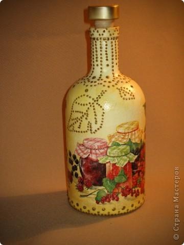 Вот такую бутылочку решила сделать для себя. Краска, салфетка, контуры. Просто форма бутылочки очень понравилась. фото 3