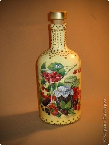 Вот такую бутылочку решила сделать для себя. Краска, салфетка, контуры. Просто форма бутылочки очень понравилась. фото 4