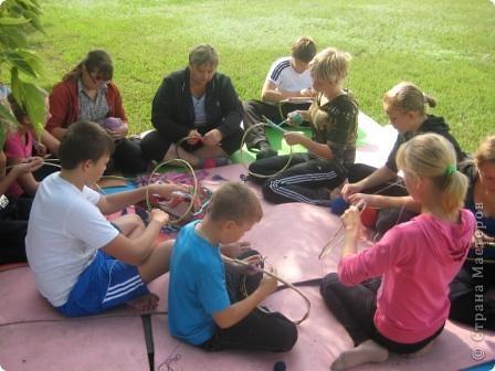 Мы сегодня занимались плетением на веточках. Но прежде нужно заготовить веточки... Отправились к нашему любимому пруду... фото 9