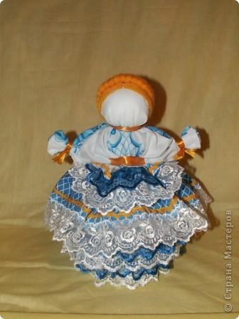 Это кукла-шкатулка.  У нас в стране много появилось шкатулок с куклами.  http://stranamasterov.ru/node/128514?c=favorite Мне захотелось сделать что-то похожее, в то же время свое. здесь я соединила нижнюю часть общеизвестной шкатулки и верх - народная кукла в стиле Гжели. А навеяли мне работы Гжельских мастеров. Мы с детьми ездили на экскурсию на фабрику Гжель. С тех пор я продумывала что бы сделать, используя узоры Гжели.  фото 13