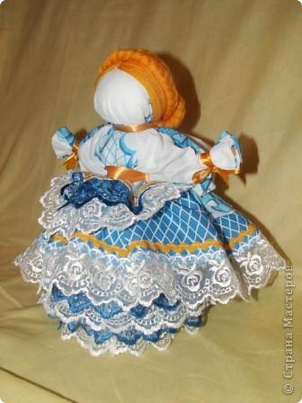 Это кукла-шкатулка.  У нас в стране много появилось шкатулок с куклами.  http://stranamasterov.ru/node/128514?c=favorite Мне захотелось сделать что-то похожее, в то же время свое. здесь я соединила нижнюю часть общеизвестной шкатулки и верх - народная кукла в стиле Гжели. А навеяли мне работы Гжельских мастеров. Мы с детьми ездили на экскурсию на фабрику Гжель. С тех пор я продумывала что бы сделать, используя узоры Гжели.  фото 1