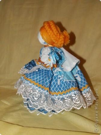 Это кукла-шкатулка.  У нас в стране много появилось шкатулок с куклами.  http://stranamasterov.ru/node/128514?c=favorite Мне захотелось сделать что-то похожее, в то же время свое. здесь я соединила нижнюю часть общеизвестной шкатулки и верх - народная кукла в стиле Гжели. А навеяли мне работы Гжельских мастеров. Мы с детьми ездили на экскурсию на фабрику Гжель. С тех пор я продумывала что бы сделать, используя узоры Гжели.  фото 14