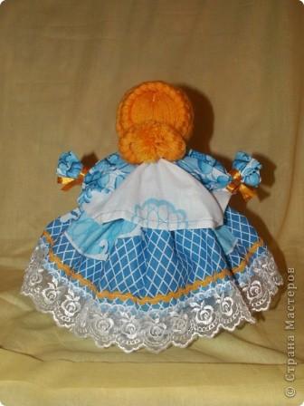 Это кукла-шкатулка.  У нас в стране много появилось шкатулок с куклами.  http://stranamasterov.ru/node/128514?c=favorite Мне захотелось сделать что-то похожее, в то же время свое. здесь я соединила нижнюю часть общеизвестной шкатулки и верх - народная кукла в стиле Гжели. А навеяли мне работы Гжельских мастеров. Мы с детьми ездили на экскурсию на фабрику Гжель. С тех пор я продумывала что бы сделать, используя узоры Гжели.  фото 15