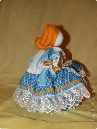 Это кукла-шкатулка.  У нас в стране много появилось шкатулок с куклами.  http://stranamasterov.ru/node/128514?c=favorite Мне захотелось сделать что-то похожее, в то же время свое. здесь я соединила нижнюю часть общеизвестной шкатулки и верх - народная кукла в стиле Гжели. А навеяли мне работы Гжельских мастеров. Мы с детьми ездили на экскурсию на фабрику Гжель. С тех пор я продумывала что бы сделать, используя узоры Гжели.  фото 16