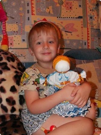 Это кукла-шкатулка.  У нас в стране много появилось шкатулок с куклами.  http://stranamasterov.ru/node/128514?c=favorite Мне захотелось сделать что-то похожее, в то же время свое. здесь я соединила нижнюю часть общеизвестной шкатулки и верх - народная кукла в стиле Гжели. А навеяли мне работы Гжельских мастеров. Мы с детьми ездили на экскурсию на фабрику Гжель. С тех пор я продумывала что бы сделать, используя узоры Гжели.  фото 21