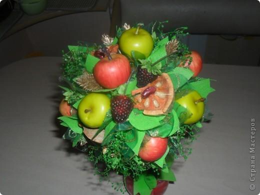 Попросили сделать что-нибудь в подарок женщине. Моей фантазии хватило на вот такой фруктовый топиарий... фото 2