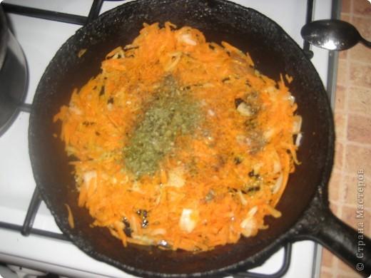 Вот они горячие и вкуснячие)) для них нужно:     * куриное филе - 240-250 г;     * рис камолино - 4 ст.л;     * морковь - 1 ср.шт(можно и побольше);     * лук - 1 мал.шт;     * соль и специи - по вкусу;     * подсолнечное масло - для жарки.  фото 3