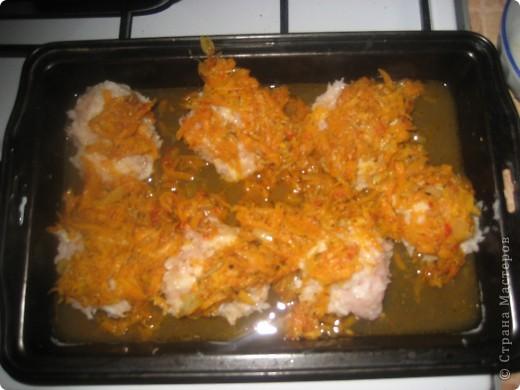 Вот они горячие и вкуснячие)) для них нужно:     * куриное филе - 240-250 г;     * рис камолино - 4 ст.л;     * морковь - 1 ср.шт(можно и побольше);     * лук - 1 мал.шт;     * соль и специи - по вкусу;     * подсолнечное масло - для жарки.  фото 6