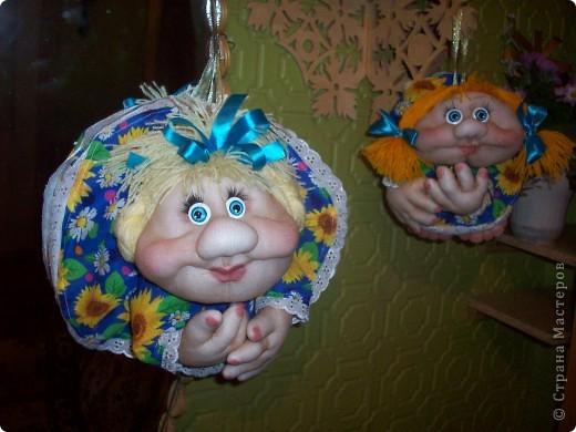 Сшила и подарила уже много куколок и домовят не показывая стране. Но, что-то загрустила, посмотрела на эту, последнюю куколку (сидит у меня на работе и радует всех) и решила, раз она у меня вызывает улыбку, то, возможно,  кому-то  тоже настроение приподнимет... Так что показываю. Назвала я ее Марфушей, почему то это первое что пришло на ум.  фото 8