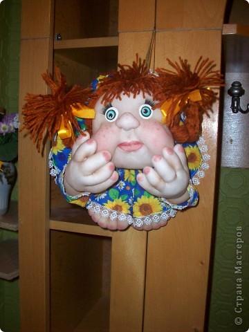 Сшила и подарила уже много куколок и домовят не показывая стране. Но, что-то загрустила, посмотрела на эту, последнюю куколку (сидит у меня на работе и радует всех) и решила, раз она у меня вызывает улыбку, то, возможно,  кому-то  тоже настроение приподнимет... Так что показываю. Назвала я ее Марфушей, почему то это первое что пришло на ум.  фото 9