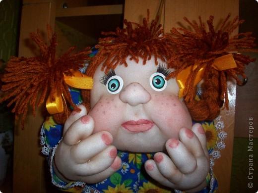 Сшила и подарила уже много куколок и домовят не показывая стране. Но, что-то загрустила, посмотрела на эту, последнюю куколку (сидит у меня на работе и радует всех) и решила, раз она у меня вызывает улыбку, то, возможно,  кому-то  тоже настроение приподнимет... Так что показываю. Назвала я ее Марфушей, почему то это первое что пришло на ум.  фото 10