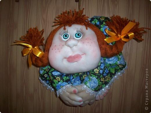 Сшила и подарила уже много куколок и домовят не показывая стране. Но, что-то загрустила, посмотрела на эту, последнюю куколку (сидит у меня на работе и радует всех) и решила, раз она у меня вызывает улыбку, то, возможно,  кому-то  тоже настроение приподнимет... Так что показываю. Назвала я ее Марфушей, почему то это первое что пришло на ум.  фото 11