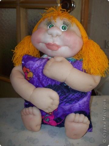 Сшила и подарила уже много куколок и домовят не показывая стране. Но, что-то загрустила, посмотрела на эту, последнюю куколку (сидит у меня на работе и радует всех) и решила, раз она у меня вызывает улыбку, то, возможно,  кому-то  тоже настроение приподнимет... Так что показываю. Назвала я ее Марфушей, почему то это первое что пришло на ум.  фото 16