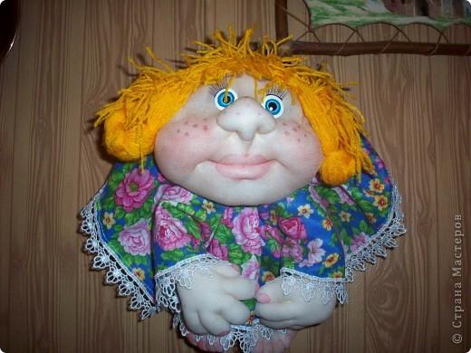 Сшила и подарила уже много куколок и домовят не показывая стране. Но, что-то загрустила, посмотрела на эту, последнюю куколку (сидит у меня на работе и радует всех) и решила, раз она у меня вызывает улыбку, то, возможно,  кому-то  тоже настроение приподнимет... Так что показываю. Назвала я ее Марфушей, почему то это первое что пришло на ум.  фото 7