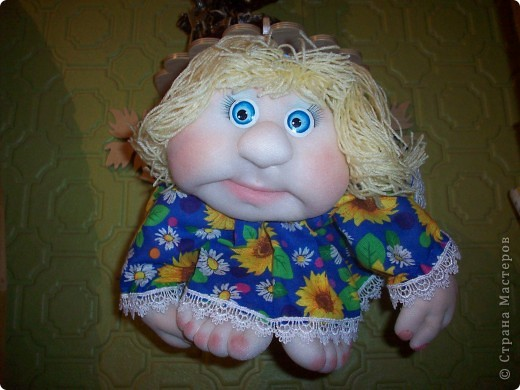 Сшила и подарила уже много куколок и домовят не показывая стране. Но, что-то загрустила, посмотрела на эту, последнюю куколку (сидит у меня на работе и радует всех) и решила, раз она у меня вызывает улыбку, то, возможно,  кому-то  тоже настроение приподнимет... Так что показываю. Назвала я ее Марфушей, почему то это первое что пришло на ум.  фото 4