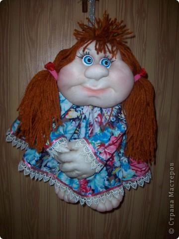 Сшила и подарила уже много куколок и домовят не показывая стране. Но, что-то загрустила, посмотрела на эту, последнюю куколку (сидит у меня на работе и радует всех) и решила, раз она у меня вызывает улыбку, то, возможно,  кому-то  тоже настроение приподнимет... Так что показываю. Назвала я ее Марфушей, почему то это первое что пришло на ум.  фото 1