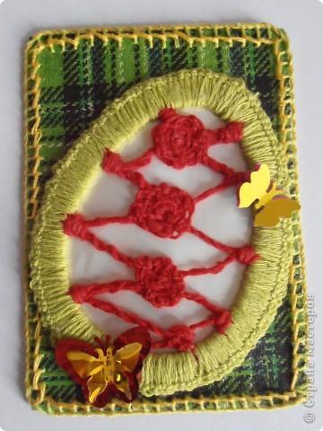 ....основа - бумага самодельная (горячий декупаж салфеткой).......... фрагмент( яйцо)  -  исполнено в технике игольное кружево........нитки мулине.......... бабочки - пайетки ....... фото 5