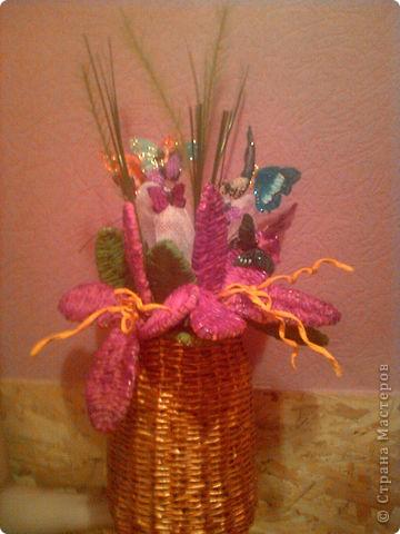Цветы и вазочка я плела из газетных трубочек. Цветы раскрасила гуашью, а когда высохла краска, лаком для ногтей. фото 1