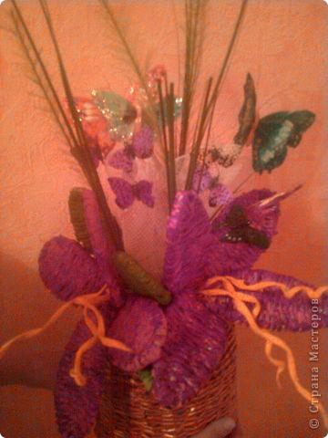 Цветы и вазочка я плела из газетных трубочек. Цветы раскрасила гуашью, а когда высохла краска, лаком для ногтей. фото 2