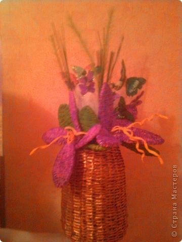 Цветы и вазочка я плела из газетных трубочек. Цветы раскрасила гуашью, а когда высохла краска, лаком для ногтей. фото 3