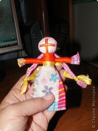Полюбила я Мотанку Оторваться не могу. Все возьмем по лоскутку, Сделать куклу помогу.   Сделаем головку, Закрутили ловко.  Крутим лоскуточек новый, Ручки куколки готовы.  Юбку, фартук прихватили, Тоже ниткой закрутили.  От шеи до талии Ручки прикрутили Ниткой аккуратно- Просто и понятно!  Волосы пришили. Косы заплели. Ленточками украшаем, Радуемся и мечтаем. фото 4