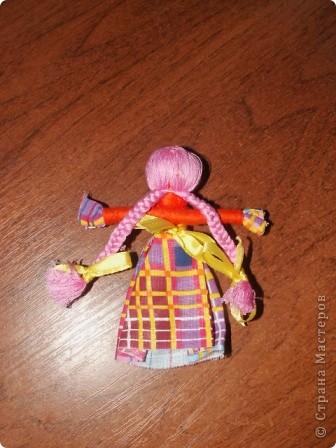 Полюбила я Мотанку Оторваться не могу. Все возьмем по лоскутку, Сделать куклу помогу.   Сделаем головку, Закрутили ловко.  Крутим лоскуточек новый, Ручки куколки готовы.  Юбку, фартук прихватили, Тоже ниткой закрутили.  От шеи до талии Ручки прикрутили Ниткой аккуратно- Просто и понятно!  Волосы пришили. Косы заплели. Ленточками украшаем, Радуемся и мечтаем. фото 5