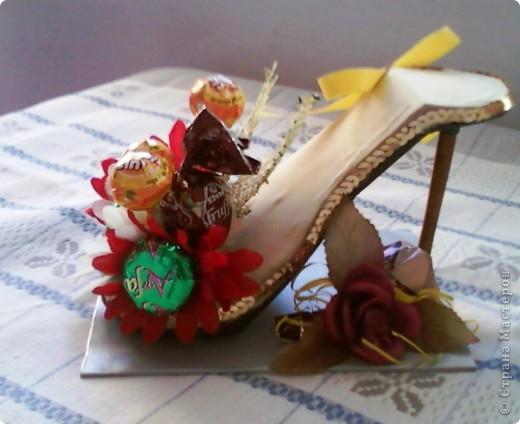 """У моей коллеги скоро день рождения. К тому она мусульманка, а у них там скоро праздник """"сладкий Байрам"""" ( Ураза-байрам, Рамадан-байрам), когда люди дарят друг другу разные сладости.   Подумала, что эта туфелька будет как раз самый лучший подарок для нее.  фото 5"""
