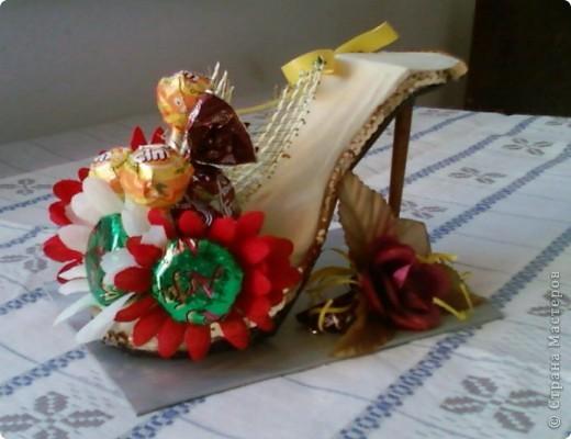 """У моей коллеги скоро день рождения. К тому она мусульманка, а у них там скоро праздник """"сладкий Байрам"""" ( Ураза-байрам, Рамадан-байрам), когда люди дарят друг другу разные сладости.   Подумала, что эта туфелька будет как раз самый лучший подарок для нее.  фото 1"""