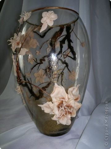 Долго мучилась я с этой вазой, вынашивала идею все лето.Вот, наконец, воплотила в реальность. Очень хотелось слепить большие цветы, но первые попытки не увенчались успехом. Это уже вторая попытка. Почему сакура? Да потому что, цветы этого дерева по цвету подошли к цвету пластики которая тоже ждала своего выхода. Выношу несколько фото на ваш суд. фото 1