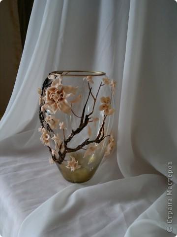Долго мучилась я с этой вазой, вынашивала идею все лето.Вот, наконец, воплотила в реальность. Очень хотелось слепить большие цветы, но первые попытки не увенчались успехом. Это уже вторая попытка. Почему сакура? Да потому что, цветы этого дерева по цвету подошли к цвету пластики которая тоже ждала своего выхода. Выношу несколько фото на ваш суд. фото 2