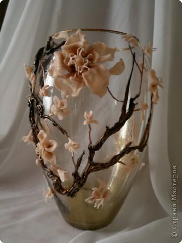 Долго мучилась я с этой вазой, вынашивала идею все лето.Вот, наконец, воплотила в реальность. Очень хотелось слепить большие цветы, но первые попытки не увенчались успехом. Это уже вторая попытка. Почему сакура? Да потому что, цветы этого дерева по цвету подошли к цвету пластики которая тоже ждала своего выхода. Выношу несколько фото на ваш суд. фото 3