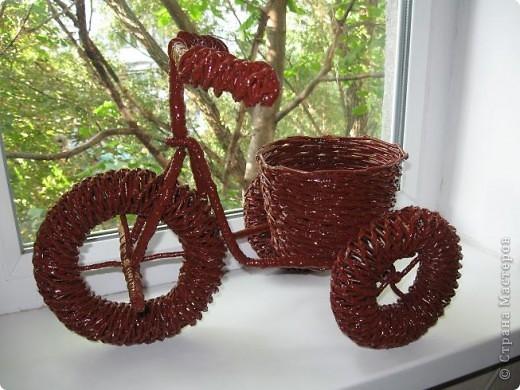 Вот такое кашпо-велосипед я сплела из газетных трубочек потом покрасила масляной краской (2 раза) и покрыла лаком. фото 1