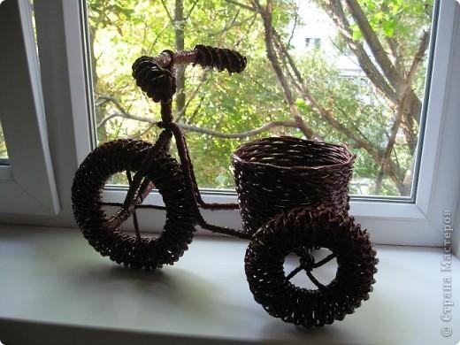 Вот такое кашпо-велосипед я сплела из газетных трубочек потом покрасила масляной краской (2 раза) и покрыла лаком. фото 2