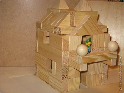 Дом с балконом. Конструирование в детском саду.Работы выполнялись детьми старшей группы на занятиях по конструированию.