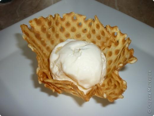 Такое мороженое готовиться быстро и можно использовать разные наполнители ( ягоды,орехи,шоколад,фрукты).На фото в рожках мороженое с орехами и шоколадной крошкой.А в корзиночке ванильное. фото 12