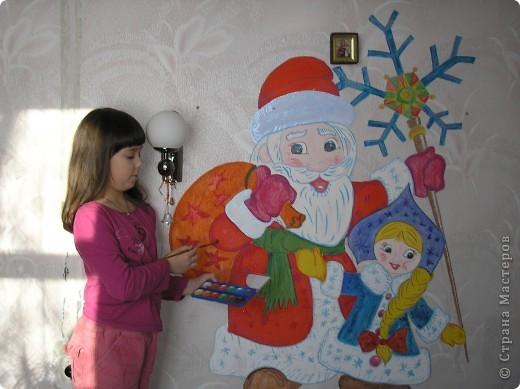 Дело было пару лет назад. Накануне Нового года меня посетила мысль: а не нарисовать ли нам картину прямо на стене! На лето был запланирован ремонт, поэтому все обои в квартире были в нашем распоряжении. Дочка была в восторге: обычно рисовать на стенах запрещали, а тут родители сами предлагают! Набросок делала я, а раскрашивали уже вместе.  фото 1