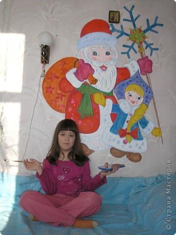 Дело было пару лет назад. Накануне Нового года меня посетила мысль: а не нарисовать ли нам картину прямо на стене! На лето был запланирован ремонт, поэтому все обои в квартире были в нашем распоряжении. Дочка была в восторге: обычно рисовать на стенах запрещали, а тут родители сами предлагают! Набросок делала я, а раскрашивали уже вместе.  фото 2