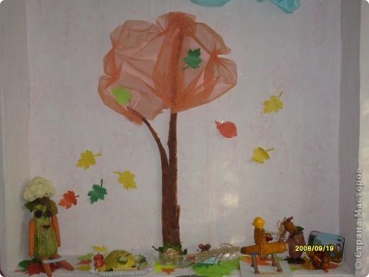 Осеннее дерево. Внизу поделки, сделанные родителями.Вот такие у нас фантазёры! В основном, мамочки. фото 1
